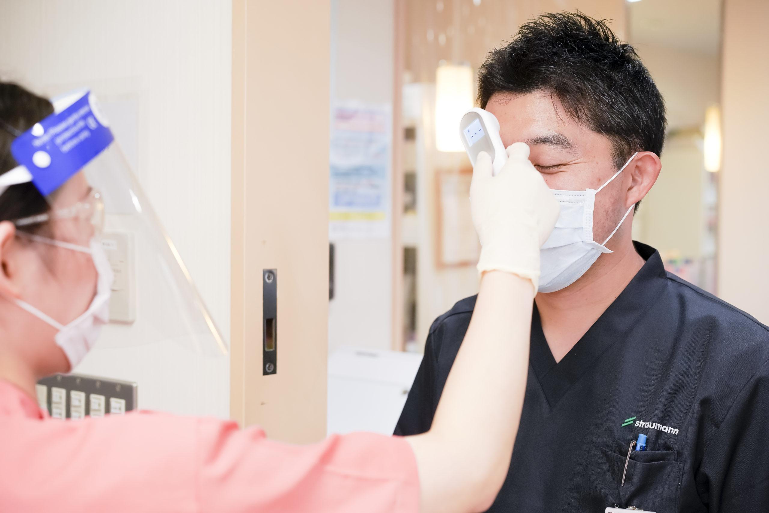 非接触体温計による体温チェック いしはた歯科クリニック